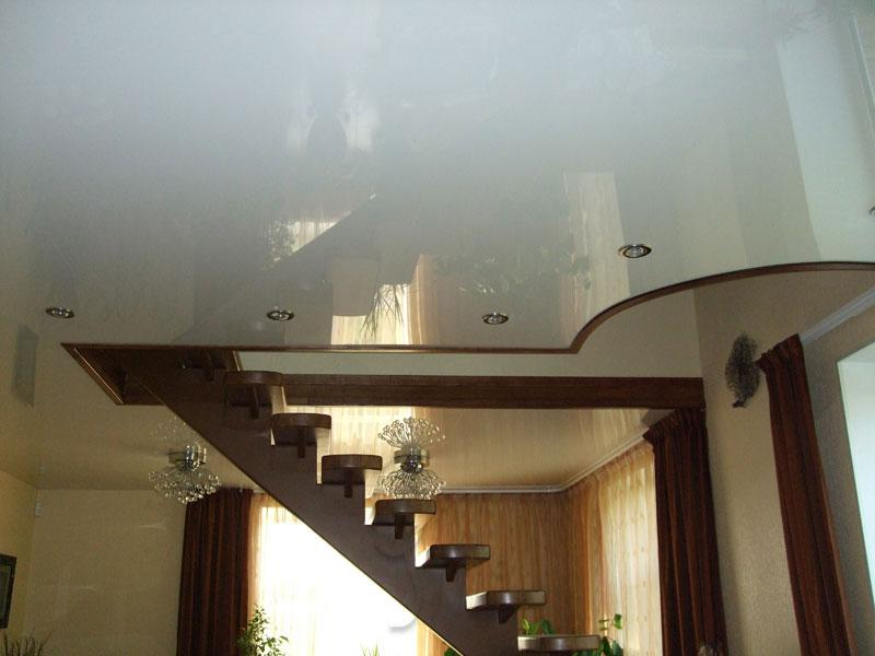 Натяжные потолки в зале в частном доме своими руками
