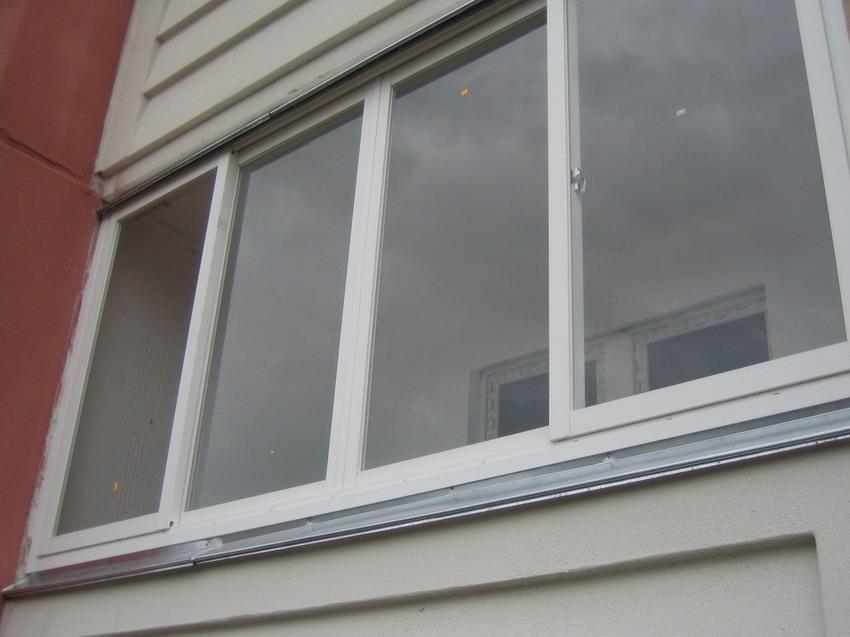 Балкон металлопластик расширенный с раздвижными окнами фото..